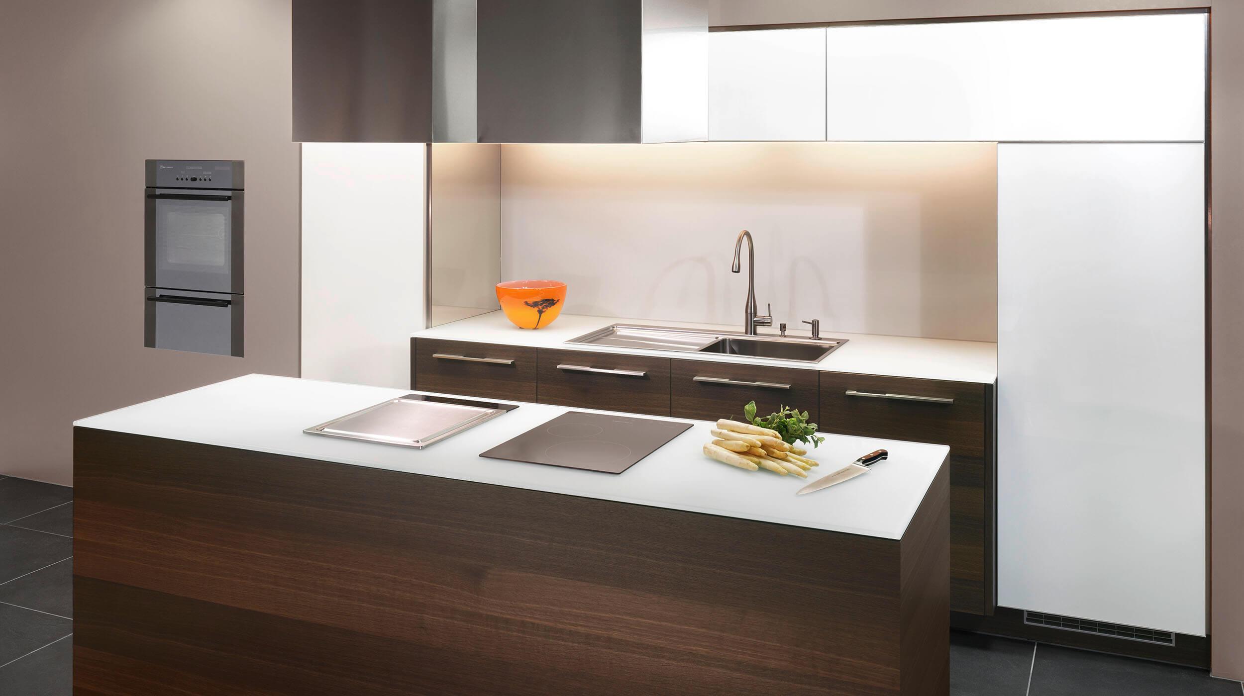 Küchenausstellung chur  ligna elegance Glasfront kombiniert mit Echholzfurnier - mn küchen ...